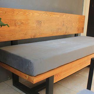 Sofa ini menggunakan kaki besi 3x6 dengan tebal 3mm, dan di padukan dengan kayu pinus/jatibelanda. Dengan warna natural menjadikan ruang tamu anda berbeda dari yang lain.    Custom furniture rumah anda bersama @Kedaipallet  Kontak kami di whatsapp 087770717466    #wood #woodart #pinewood #woodwork #woodworking #dowoodworking #pallet #palletart #palletfurniture #recycle #recyled #reclaimedwood #carpenter #furniture #custom #kayupallet #rustic #suculent #planterbox #sofa #diy #instagram #bogor