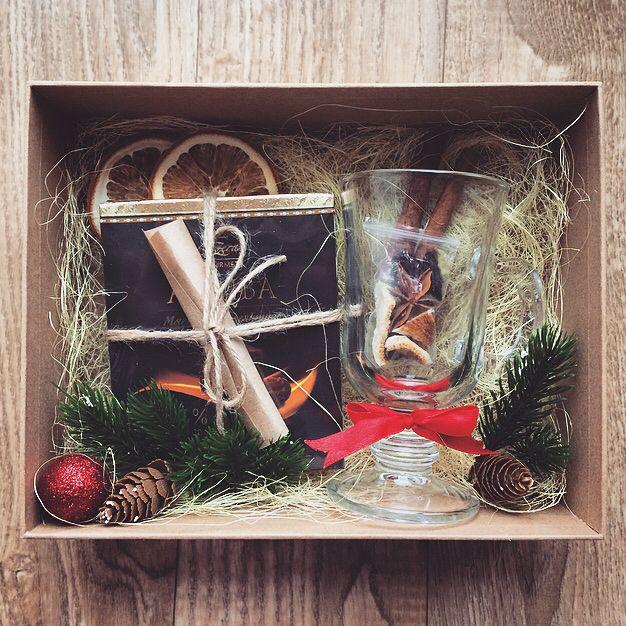 Подарочный бокс «Набор для глинтвейна»🍷🍊 -стакан тематический -шоколад с рецептом глинтвейна -специ -корица (2 палочки+молотая) -бокс (+декор) И конечно же стильная упаковка бокса 🌟(на фото представлены 4 варианта) Если у вас есть какие то пожелания - пишите в Директ 🙏🏻😘 _______________________ По заказам direct / WA +7913-027-46-04 #подарочныйнабор #подарочныйбокс #боксвподарок #дляпраздника #box #giftbox #подарочныйбокс22 #барнаул #подаркибарнаул