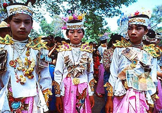 Jacek Pałkiewicz Birma 1979. http://palkiewicz.com/ekspedycje/birma/ ● Jacek Palkiewicz Burma 1979. http://en.palkiewicz.com/expeditions/burma/