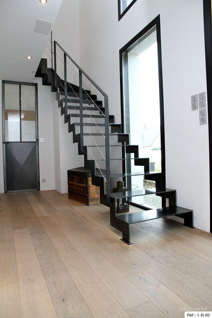 Escalier métallique 1/4 tournants,composé de limons latéraux avec découpe en crémaillère. Marches en acier finition acier naturel ciré garde corps à câble inox