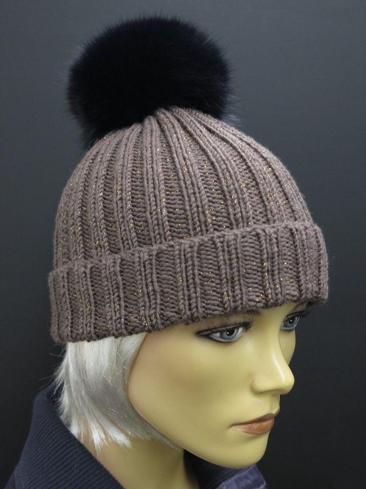 kvalitní ručně pletená čepice z merino vlny a s bambulí z pravé kožešiny - barva čepice je světle hnědá s metalickým efektem