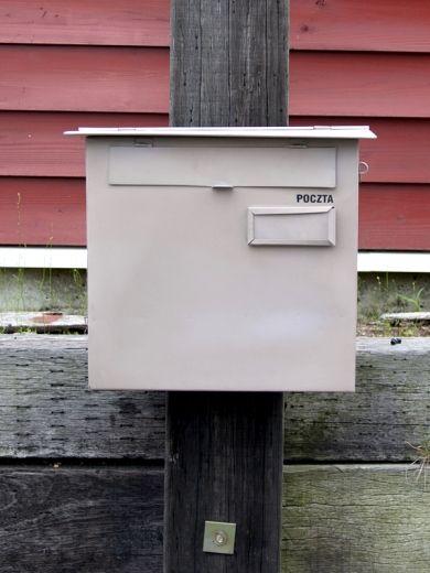 HSN350 ポストスクエア スモークピンク  サイズ/(全体)約w45×d15×h39cm     (受け口)約w31×h3cm 素材/鉄  重量/約2.6kg ※鍵は付属しておりません。 ※受け口は、A4用紙が横向きで入る大きさです。  角2封筒は正面受け口からは入りません。 ※取り出し時は、上側の屋根部分を持ち上げます。  〈対応スタンド〉 HSN360 ポスト壁付台座B  商品コードHSN350 価格10,584 円 ( 税込 )