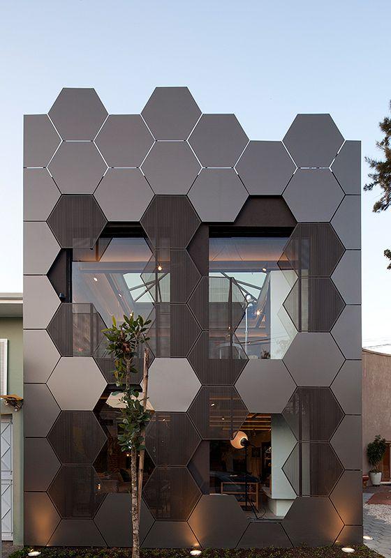Módulos hexagonais metálicos foram sobrepostos às paredes de alvenaria estrutural. Seu desenho e proporções possibilitam o ajuste do material àssuperfícies curvas