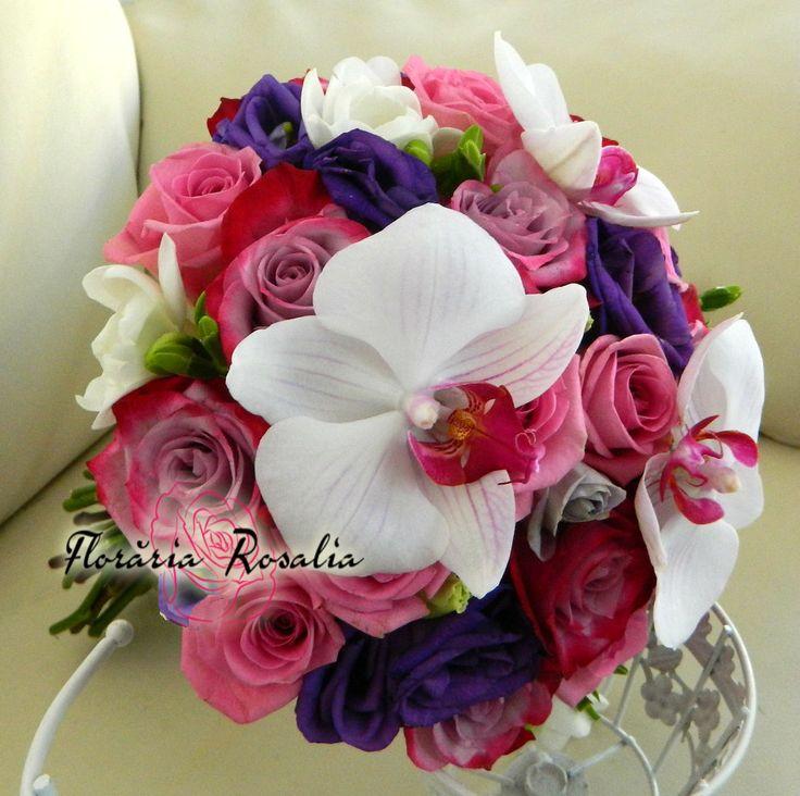 Buchet mireasa cu trandafiri mov si orhidee