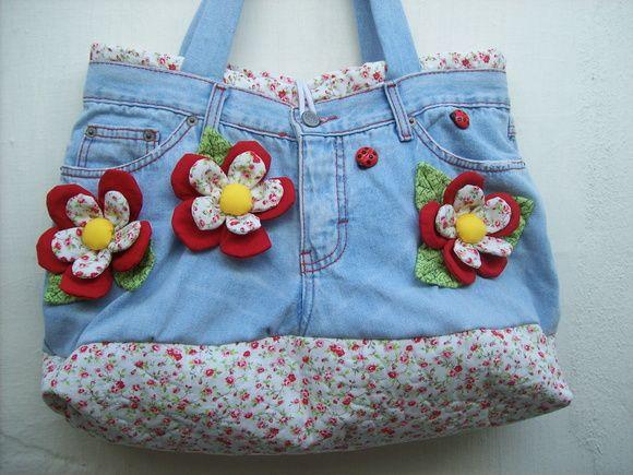 Bolsa Calça Jeans com Aplicação em 3D Confeccionada em jeans e tecido 100% algodão. Pode ser feita em várias cores e estampas. R$ 120,00