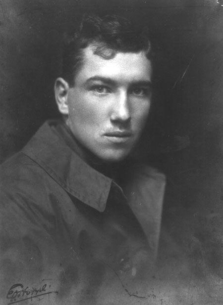 PERSONAJES: Robert Graves, escritor británico, c. 1914. Al estallar la 1ª GM, con 19 años, se alistó en el ejército en los Reales Fusileros Galeses. Los horrores que presenció le marcaron profundamente. Su primer volumen de poesías fue publicado en 1916, aunque más tarde intentaría ocultar las poesías escritas durante la guerra. Durante la batalla del Somme fue herido y dado por muerto. Se recuperó, pero le quedaron secuelas en los pulmones. Pasó el resto de la guerra en Inglaterra.