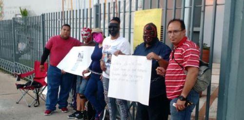 Protestan encadenados por la custodia de sus hijos...
