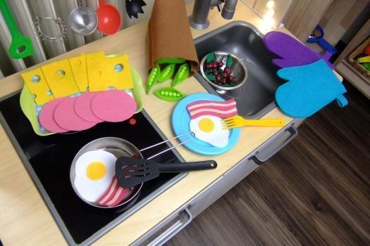 Ein toller Beitrag dazu, wie man ganz einfach und günstig wunderschönes Zubehör für Kinderküche und Kaufmannsladen selbst machen kann. Ein Ideales Geschenk zu Geburtstag, Weihnachten oder einfach zwischendurch.  #spielküche #kinderküche #diy