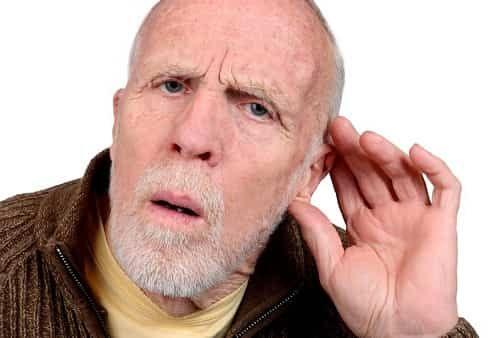 плохо слышащий человек