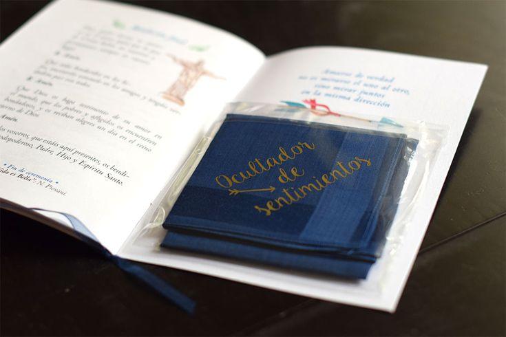 Pañuelo frase ocultador de sentimientos dentro de libro de misa. 2brain.es