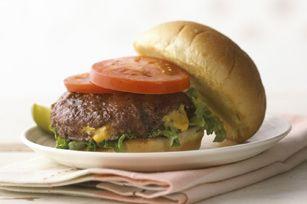Ce hamburger garni explose de saveurs.