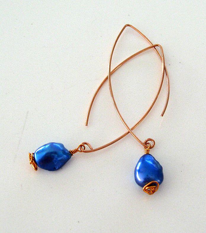 Örhängen i koppar med knallblå sötvattenpärlor. Earrings made of copper with blue fresh water pearls