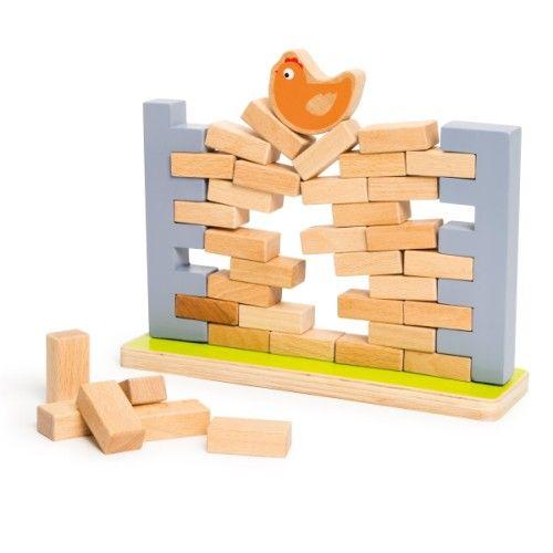 Pour jouer au jeu Une poule sur un mur, l'enfant commence par construire le mur en mettant en place les 40 briques en bois. Puis il pose la poule sur ce mur. Chacun à son tour, les joueurs choisissent une brique et la retire du mur. Attention, le mur ne doit pas s'écrouler. Toutes les pièces de ce jeu sont en bois et se rangent dans un sac en tissu. Avec Une poule sur un mur, l'enfant apprend la patience et la dextérité.