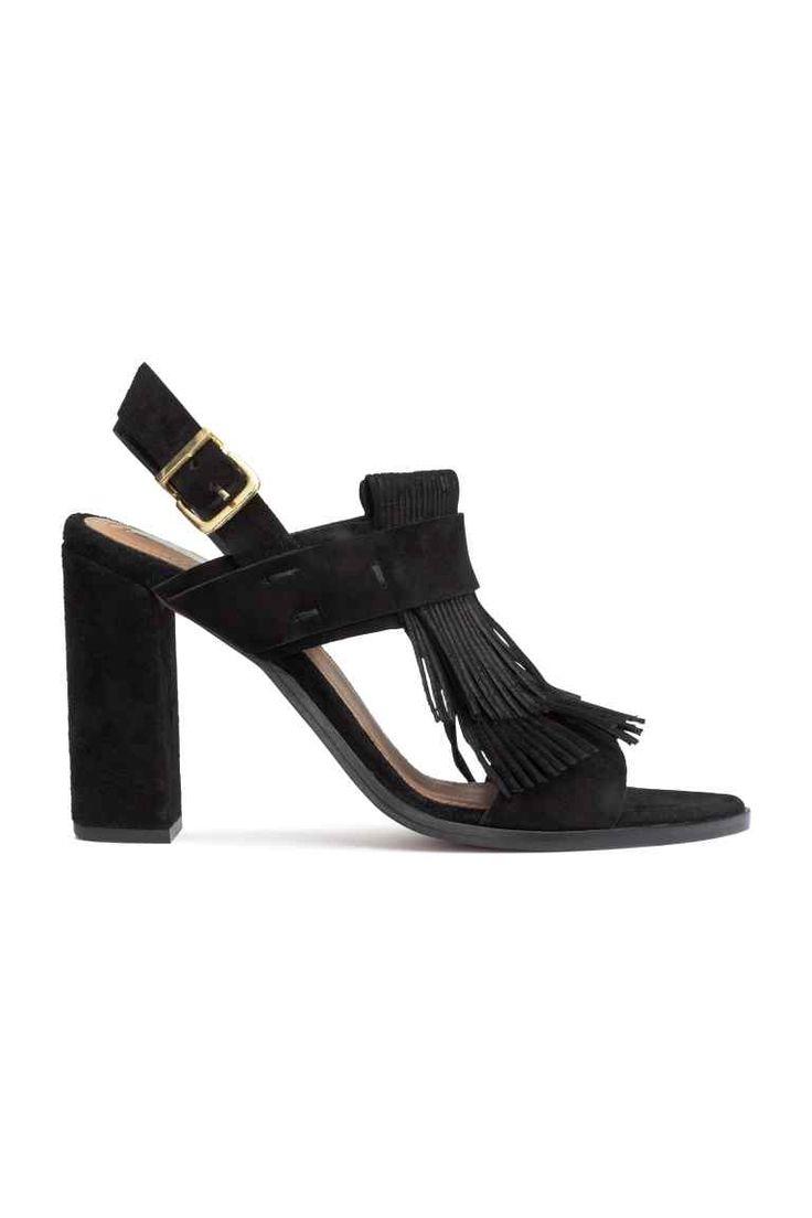 Leren sandalen: PREMIUM QUALITY. Een paar sandalen van leer met franje vooraan en een beklede hak. Het model heeft een bandje rond de hiel, een metalen gesp aan de zijkant en een rubberen zool. Hak 10 cm.