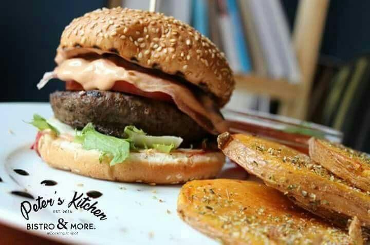 Masa de prânz este prilej de descoperire, de experienţă nouă în miez de zi. Vino și încearcă burgerul nostru Italian Fresh. #PetersKitchen #Sperantei6