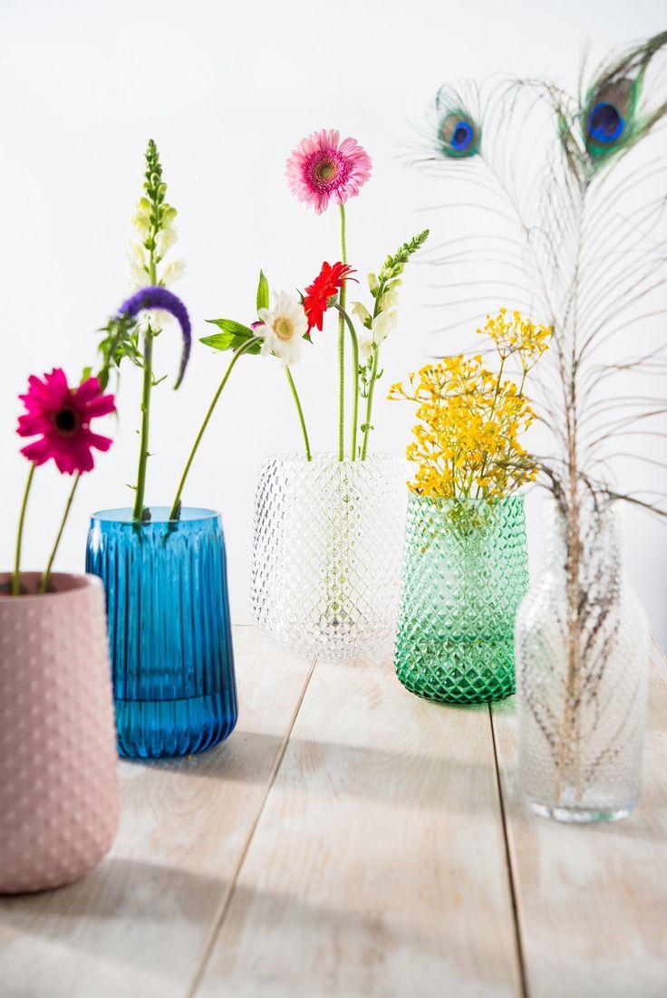 Voor elk interieur een andere kleur.. Vazen van HEMA. #HEMAwonen #bloemen #kleurrijk
