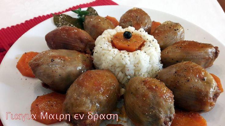 Κρεμμυδοντολμάδες γιαχνί  Ένα πολύ νόστιμο κυριακάτικο φαγάκι  Υλικά  12 Με 15 μεγάλα κρεμμύδια  500 γραμ κιμά μοσχαρίσιο  1 κούπα ρύζι γλασέ  μια χούφτα ψιλοκομμένο μαϊντανό  1 καρότο τριμμένο στο ψιλό του τρίφτη  2 καρότα σε ροδέλες  1 πράσινη πιπεριά σε κυβάκια  1 κόκκινη πιπεριά σε