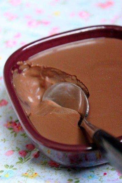 """Paraît-il """"la meilleure recette"""" de crèmes au chocolat ! J'ai déniché cette recette sur le blog de Nadège qui avait elle-même adapté pour le Cook'in (robot de Guy Demarle) la recette initialement proposée pour le Thermomix par Chic, chic, choc...olat...."""
