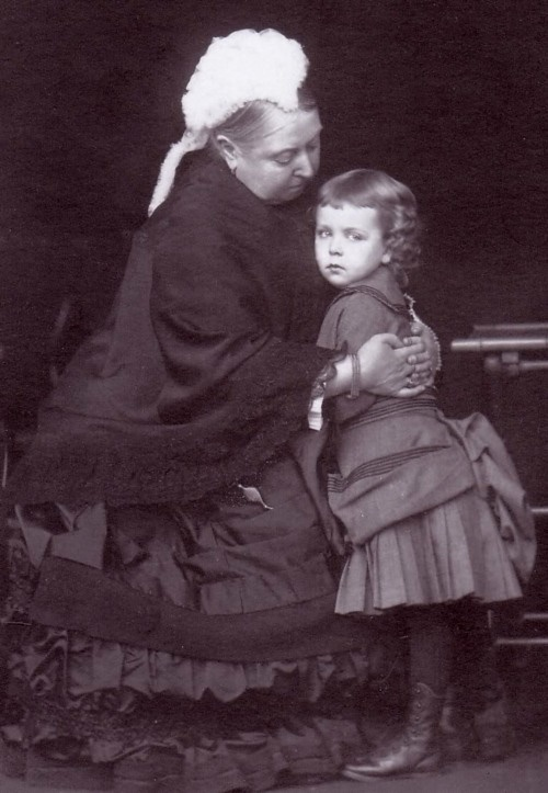 La reina Victoria con la  princesa Margaret de  Suecia