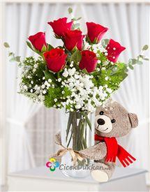 Bu sevimli ayıcık ile birlikte cam vazo içerisinde kırmızı gül aranjmanı sevdikleriniz bu aranjman ile çok mutlu olacak. online çiçek siparişi www.cicekdukkan.net
