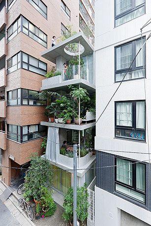 Esta pequeña vivienda es como un oasis en medio de dos moles de ladrillo.