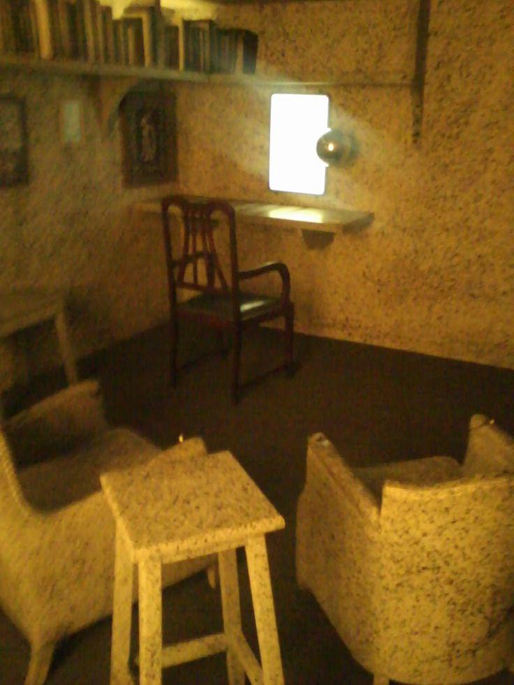 """Obra """"A casa de Escher"""" - a instalação é composta pelos mesmo objetos apresentados na obra do artista e sentando na cadeira a frente e segurando na bola de metal é possivel ter a mesma percepção do quadro como se você estivesse no lugar de Escher dentro da obra."""