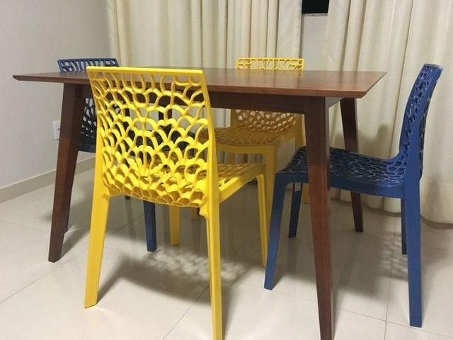 A sala da Rachel Miguez ficou muito mais charmosa e estilosa com essa mesa linda!! Mesa de Jantar de 4 lugares Lótus. Um design diferenciado de linhas retas, a mesa de jantar de madeira em tom caramelo pode ser utilizada tanto na sala de jantar, de estar ou na cozinha e combina com diversos tipos de decoração.