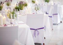 feste feiern Tegernsee, Hochzeit, Barocksaal Das Tegernsee, Stühle mit weißer Husse und lila Schleifen