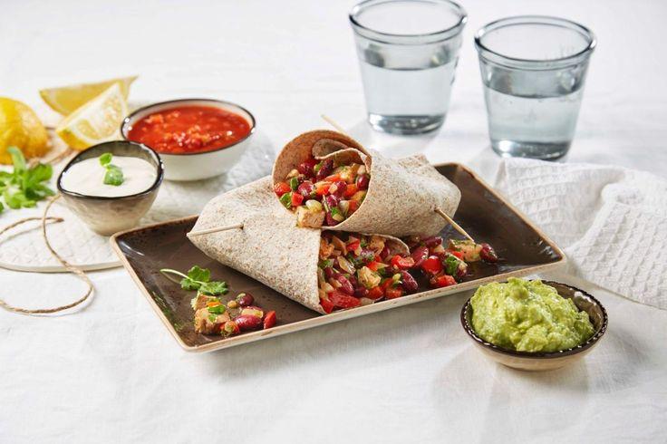 Burrito er en meksikansk rett med myke tortillalefser. Lag den gjerne med kjøttsaus, bønner, ris, guacamole, revet ost og rømme. I denne oppskriften har vi brukt kyllingkjøtt, men du kan også variere med andre typer kjøtt, som biff av okse eller svin indrefilet.