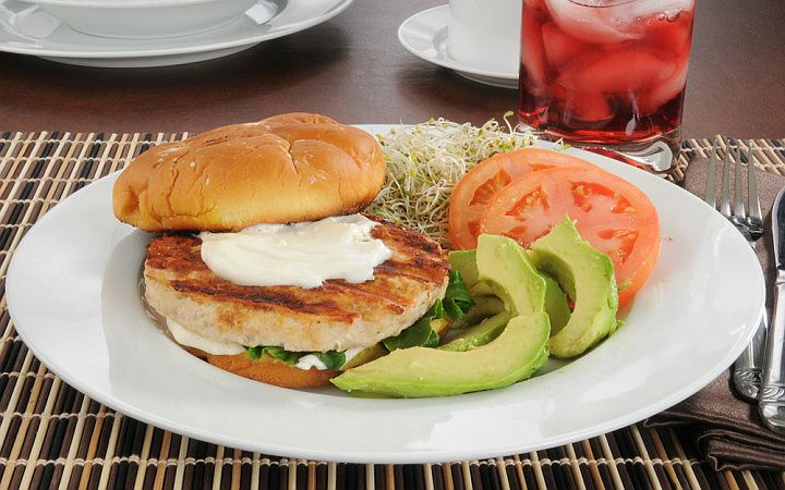 """Hamburgerin sağlıklısı olur mu demeyin! Hindi kıyması ile hazırlayacağınız, avokado kreması ile tatlandırcağınız bu hamburger, yedikten sonra pişmanlık yarattırmayacak! Avokadoyu """"Yemeye Hazır"""", mayonezi light, ekmeği de kepekli seçmenizi öneririz. #hamburger #hindi #avokado #yemeyehazir #anayemek #fit #fittarifler #saglikliyasam"""