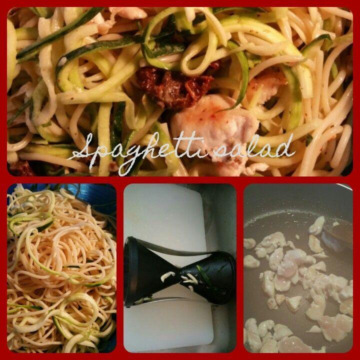 Spaghetti salad  Ingrediënten : 2 kleine courgette,10 gedroogde tomaten,200gr kip,   Kook de spaghetti Laat t afkoelen  Kip in stukjes snijden en Bak de kip. Courgette met julien snijder zodat je slierten hebt. Snijd de tomaten in reepjes en meng alles door elkaar. Saladesause Franse dressing met kruiden en ook pittig gekruid is erg lekker. Smakelijk
