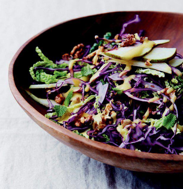 Zimní zelný salát s hruškou a vlašskými ořechy , Foto: kuchařka Přirozeně