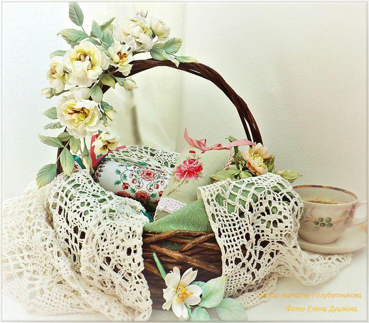 К веночку очень хорошо подходит бутоньерка с цветком шиповника и брошь из диких розочек. Все цветы, листья и тычинки сделаны и окрашены вручную.