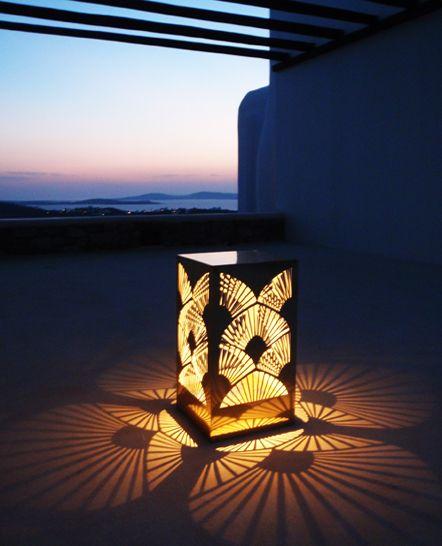 Χρυσό μεταλλικό διακοσμητικό αυτόνομο φωτιστικό κήπου / πισίνας. Σχεδιάστηκε και κατασκευάστηκε για ιδιωτική εκδήλωση στη Μύκονο. Δείτε περισσότερα έργα μας στο http://www.artease.gr/interior-design/emporikoi-xoroi/