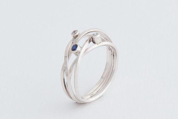 Zilveren vierkantdraad ring met witte zirconia en saffier €95,-