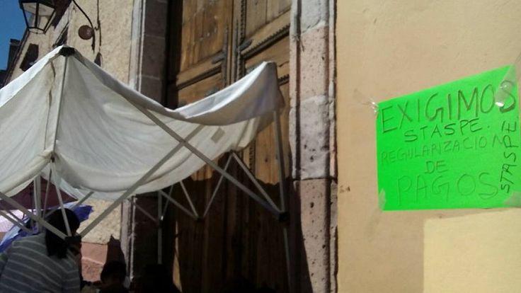 Trabajadores estatales exigen la regularización de sus pagos por parte del Gobierno de Michoacán – Morelia, Michoacán, 11 de marzo de 2016.- Miembros del Sindicato de Trabajadores al Servicio del ...