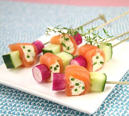 Mini-brochettes fraicheur au Rondelé Ail de Garonne - Envie de bien manger. Plus de recettes à base de saumon sur www.enviedebienmanger.fr/idees-recettes/recettes-saumon