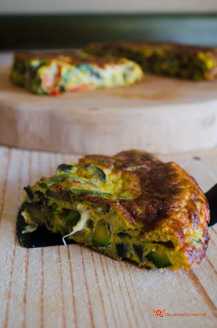 Frittata alle verdure con cuore filante è un secondo piatto a base di uova, verdure e cubetti di scamorza che si sciolgono all'interno.