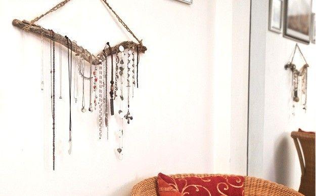 Un ramo appeso ad un chiodo è il porta collane fai da te più semplice da realizzare.