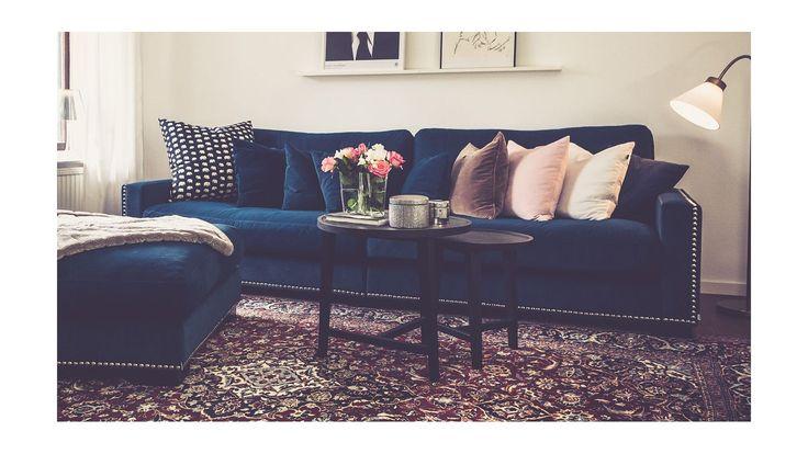 Blå sammetssoffa Valen. Nitar, sammet, sammetsmöbler, sammetstyg, soffa, sammetspall, fotpall, vardagsrum. http://sweef.se/sweef-lyx/220-valen-sammet-flera-storlekar.html