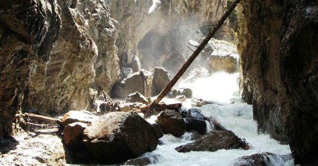 Die Partnachklamm bietet mit ihren Wasserfällen, den schmalen Steinpfaden und den verwinkelten Felswänden ein Naturerlebnis der ganz besonderen Art.