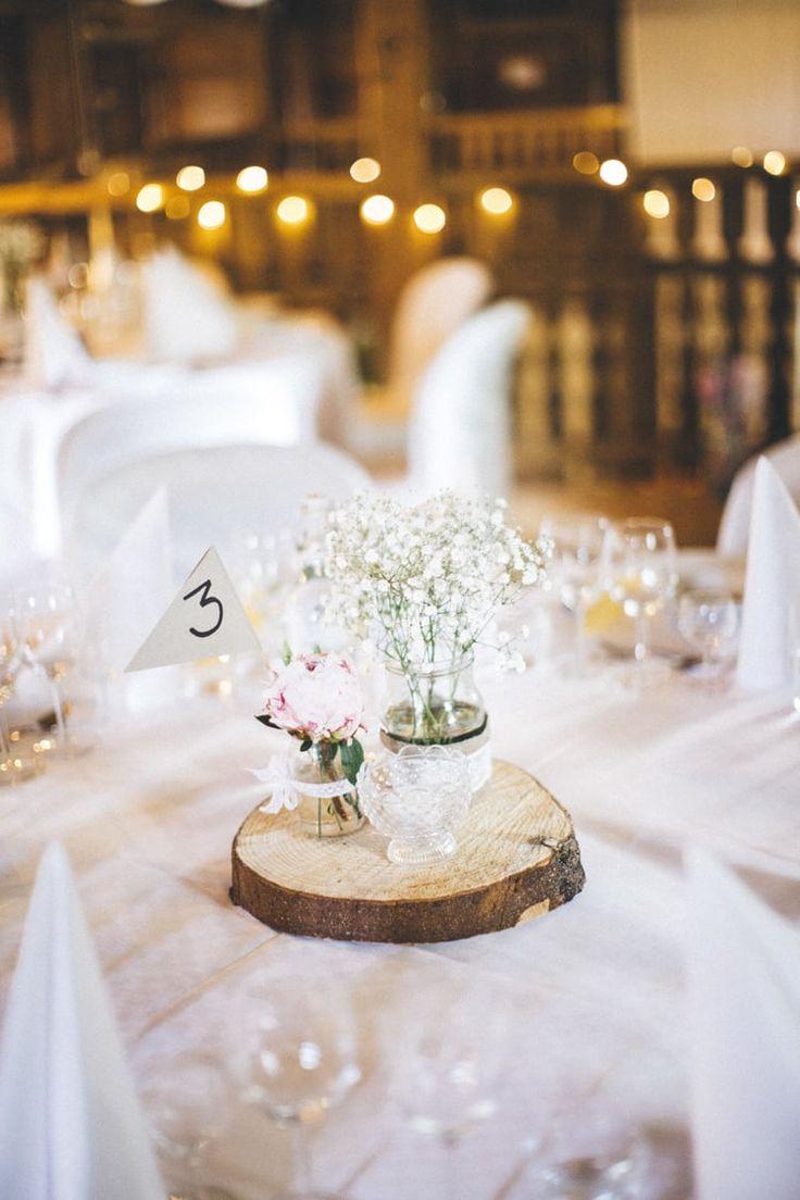 Lantligt bröllop med fest i vackert magasin: Sofia och Martin — Sisters in Law - Bröllopsinspiration