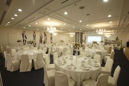임페리얼홀은 150석 규모로 전통적인 기품과 현대적인 감각이 조화된 연회장입니다. 프라이빗한 행사 진행을 원하시는 경우 더할나위 없이 적합한 홀입니다.  좌석수 : 150석  용도 : 결혼식 피로연, 연회, 각종 행사  www.seoul-convention.com