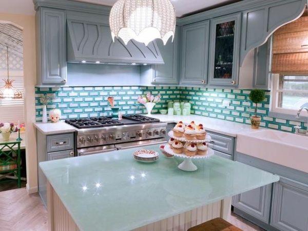 Küchen Arbeitsplatten mit Quarzstein und Glas in hellen Tönen