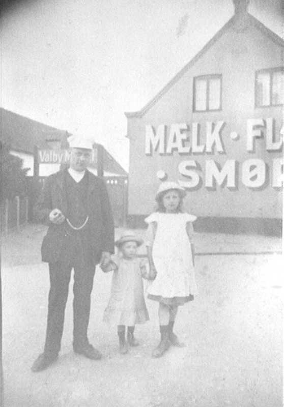 Mejeribestyrer Ludvig Olsen med døtre foran Valby Mejeri