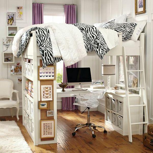 plancher en bois, grande fenêtre et rideaux lilas, lit mezzanine avec bureau