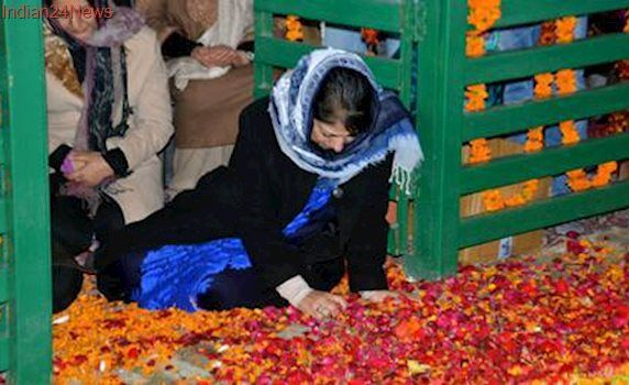 Mehbooba Mufti offers prayers at father's grave on his first death anniversary