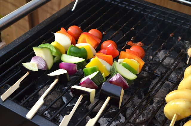 regenboog spies. Ingrediënten voor 8 st. 1/2 aubergine 1 grote rode ui 1 grote witte ui 1/2 courgette 1 groene paprika 1 oranje paprika 1 gele paprika 1 rode paprika 8 cherrytomaten