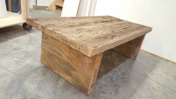 Salontafel volledig gemaakt van eikenhout met prachtige dikke balken als poten