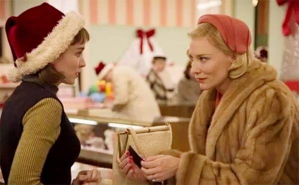 Кинокомпания StudioCanal выпустила первый трейлер фильма «Кэрол», главные роли в котором исполнили Кейт Бланшетт и Руни Мара. По сюжету, между Терезой и Кэрол завязываются сложные отношения, выходящие за рамки дружбы. Лента, ставшая экранизацией романа Патриции Хайсмит «Цена соли», выпущенного в 1953 году, рассказывает историю двух женщин, живущих в Нью-Йорке 50-х годов. Одна из них, молодая ...